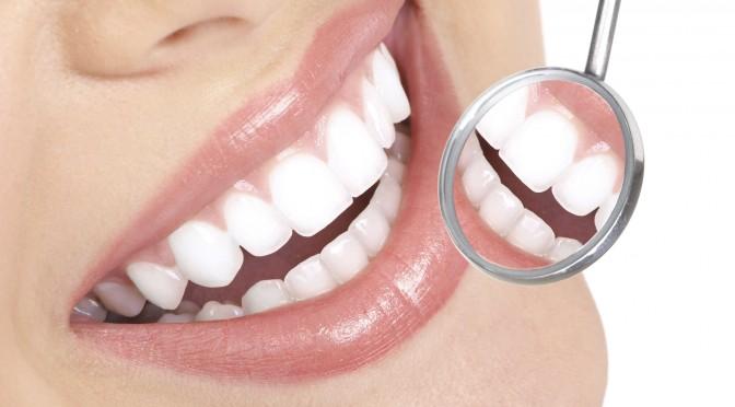 5 Remedii Simple Împotriva Dinților Galbeni