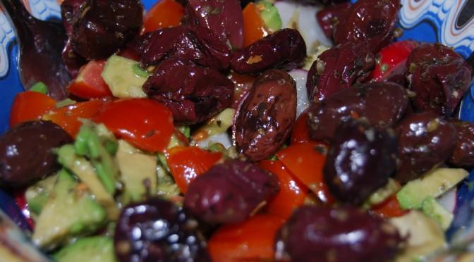 Salată Avocado Cu Roșii, Ridichii, Măsline